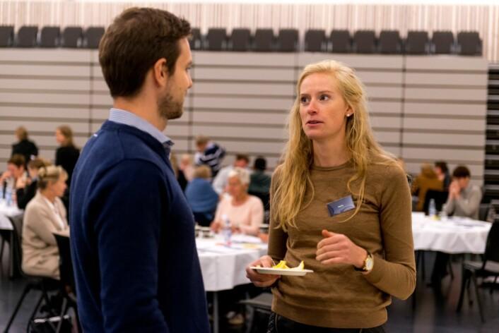 I pausene fortsatte mange å snakke om temaene i diskusjonene. Her snakker deltaker Knut Høybråten med FFI-forsker Marte Melnes. (Foto: FFI)