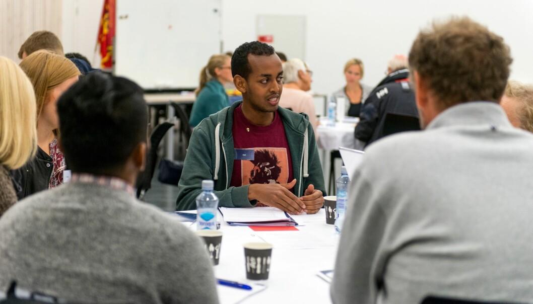 Rundt bordene på folkemøtet delte deltakerne meninger om pandemier og epidemier. Diskusjonen ved dette bordet ble ledet av FFI-forsker Abdikerim Yusuf.  (Foto: FFI)