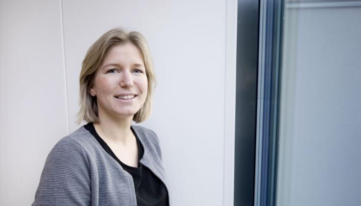 Ingrid J. Skogestad lager et spørreskjema som skal gjøre det enklere for helsepersonell å kartlegge fatigue hos slagpasienter. (Foto: Anne Elisabeth Næss)