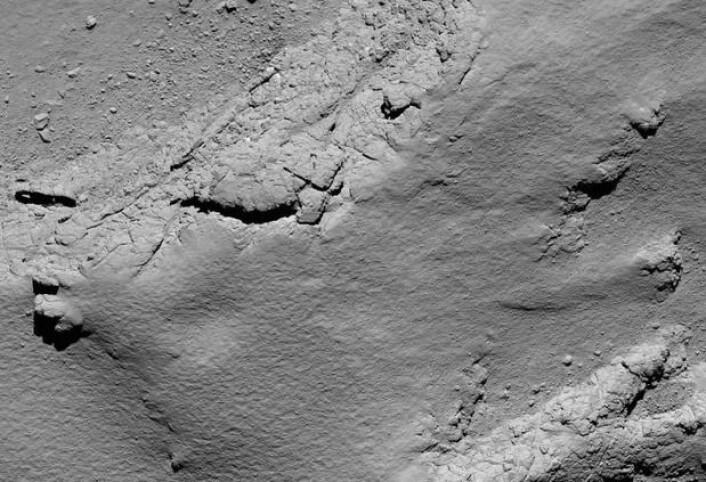 Et av de siste bildene som Rosetta tok på veien ned mot kometens kjerne. Avstanden her er 5,7 km, og bildeutsnittet er ca 200 meter bredt. (Bilde: ESA)