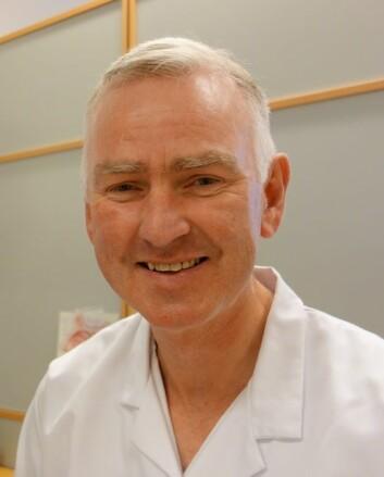Sverre Karmhus Steinsvåg ser at pasientene hans plages mye i perioden når de slutter med nesespray. (Foto: Irene Svozilik, Sørlandet sykehus)