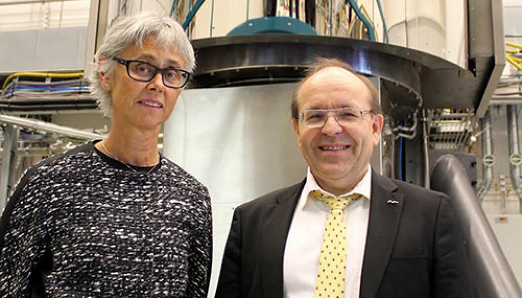 Dynatec får Innovasjonsprisen for banebrytende produksjonsmetode for silisium. Her representert ved Eva S. Dugstad og Josef Filtvedt.  (Foto: Rune Holter, Dynatec)