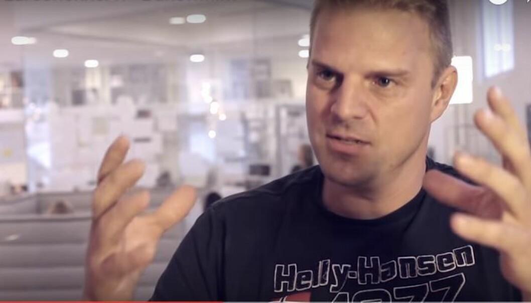 Kjendissnekker Otto Robsahm mener det er ekstremt viktig med skriftlig kontrakt. – Mange inngår muntlige kontrakter, men det er tull, fordi det veldig fort blir uenigheter, der resultatet ikke ble slik forbrukeren forventet. - Det må være skriftlig, sier han i en video Forbrukerrådet har laget for å få flere til unngå problemer.  (Skjermdump: Forbrukerrådet)