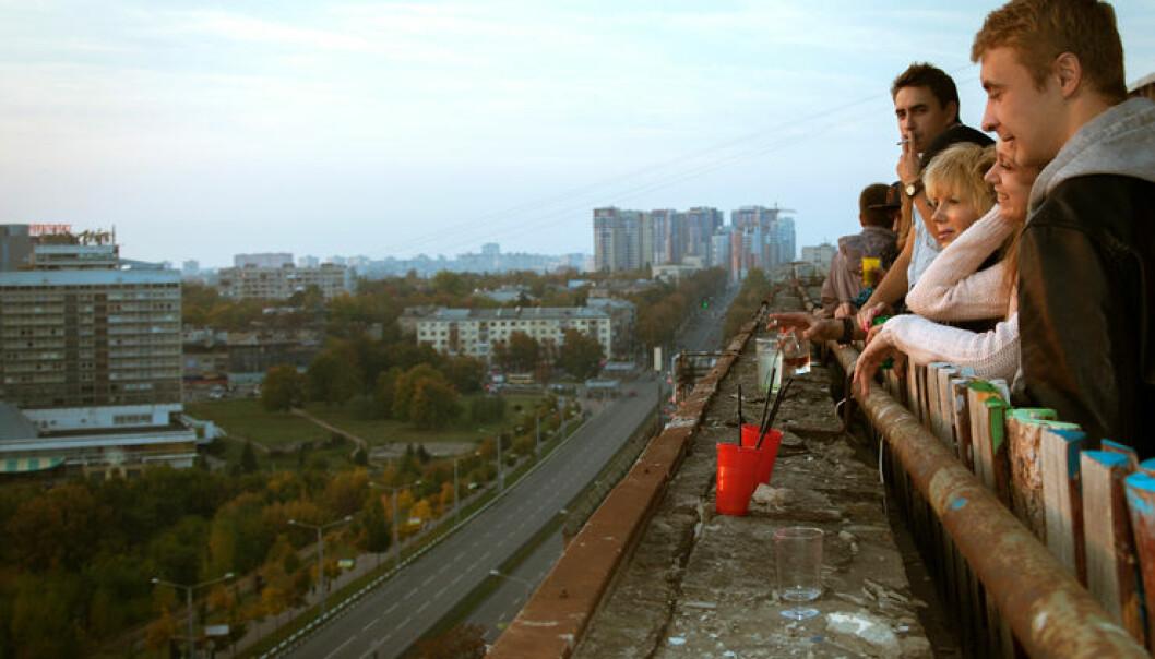 Ungdommer på et tak ser ut over byen Kharkiv. Konflikten om landområder og politisk makt er også knyttet til historie og identitet.  (Illustrasjonsfoto: Yevgeniy Shpika, Flickr CC 2.0 )