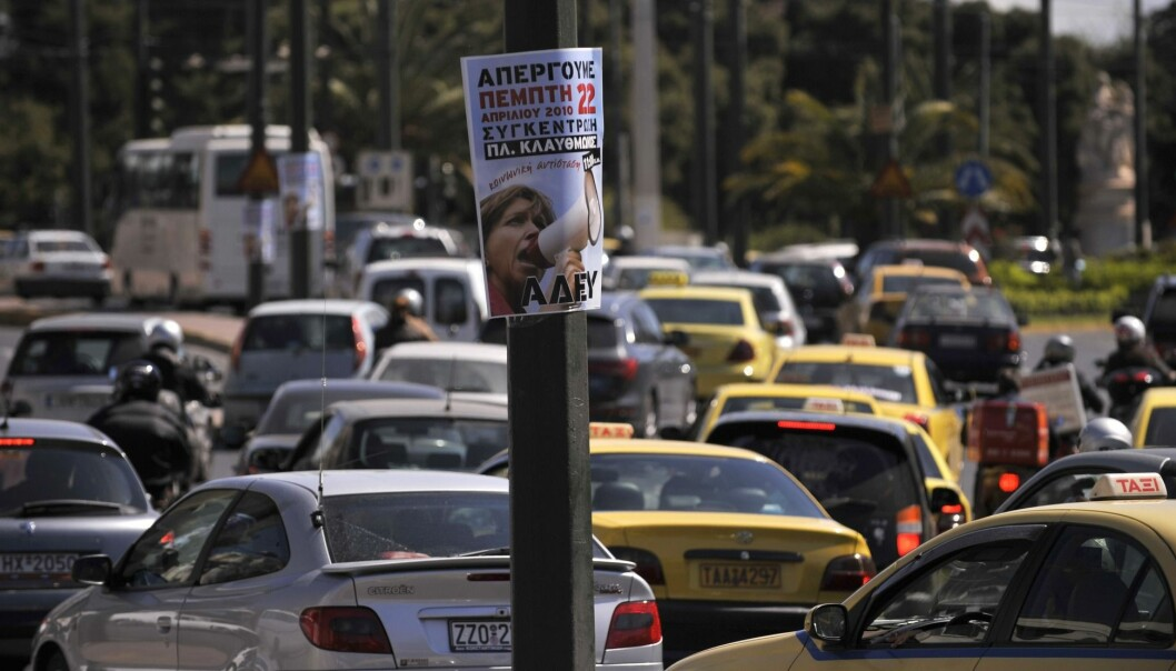 Alle de greske privatbilistene som forskerne snakket med, beskrev seg selv som irriterte eller aggressive sjåfører. Det gjorde ikke de norske privatbilistene. Her venter greske bilførere foran et lyskryss i Athen. (Foto: AP/NTB scanpix)
