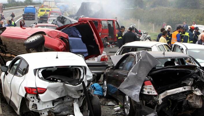 Fire mennesker ble drept og 14 skadet i denne ulykken som involverte 40 biler på en motorvei i Nord-Hellas. (Foto: Sakis Mitrolidis/AFP/NTB scanpix)