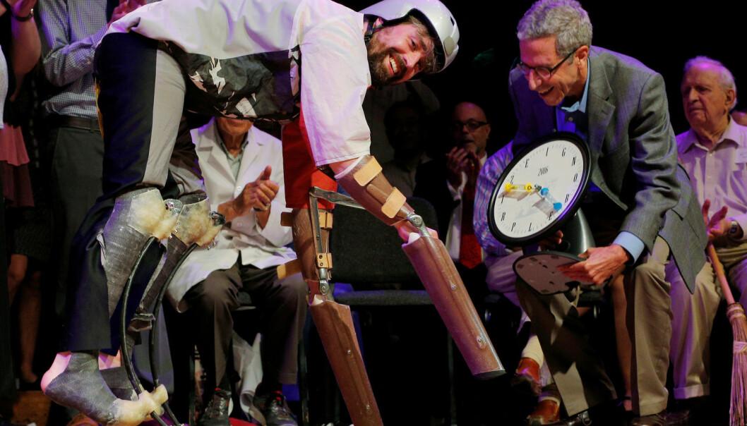 Thomas Thwaites, mannen som skulle finne ut hvordan det var å leve som geit, mottar Ig Nobel-prisen i Biologi. Utdelingen foregikk på Harvard, og han får prisen av økonomen Eric Maskin, som vant den ekte Nobelprisen i økonomi i 2007.  (Foto: Brian Snyder/Reuters/NTB Scanpix)