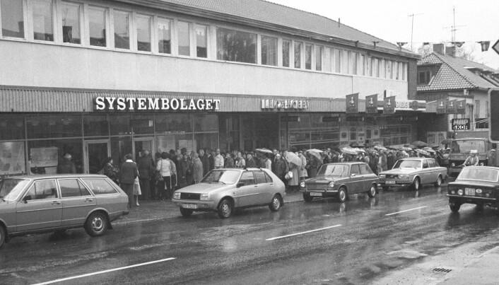 I 1982 varte streiken ved Vinmonopolet i hundre dager. Her er køen av tørste nordmenn utenfor Systembolaget i Årjäng en regnvåt oktoberdag. (Foto: Per Løchen /NTB Scanpix)
