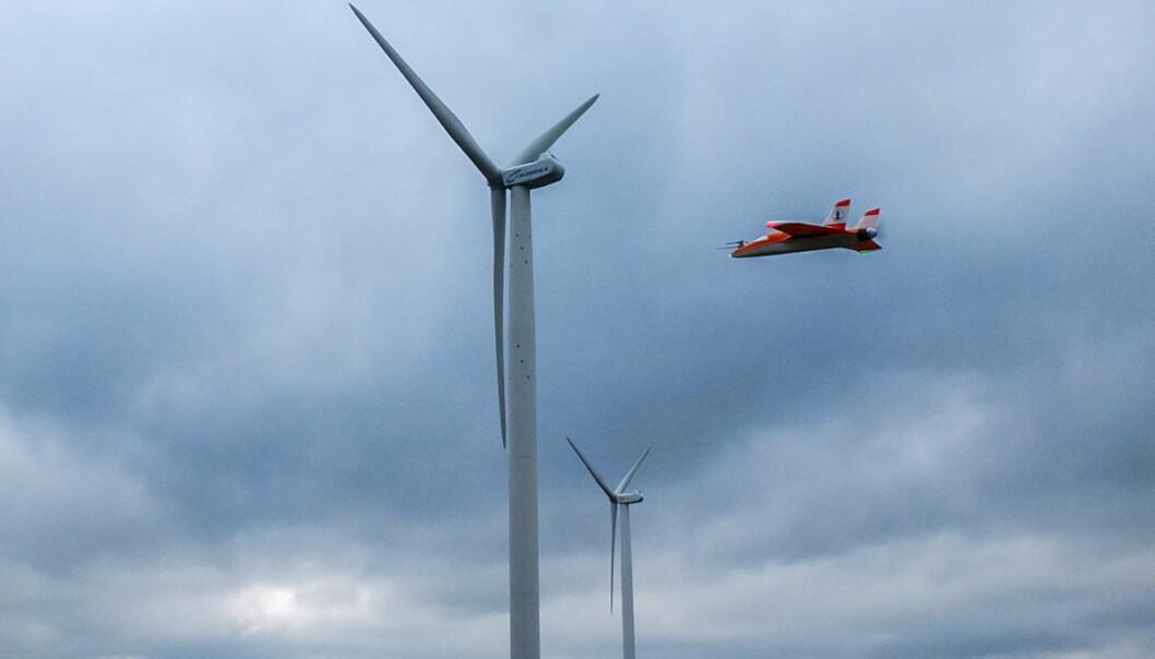 Modellflyet SUMO i turbulensen fra mølleblader i en vindpark – viktige målinger for å unngå at vindmøllene ødelegger for hverandre. (Foto: Fra fagartikkel Reuder, J., L. Båserud, S. Kral, V. Kumer, J.-W. Wagenaar, and A. Knauer. Proof of concept for wind turbine wake investigations with the RPAS SUMO. Accepted for publication in Energy Procedia.)