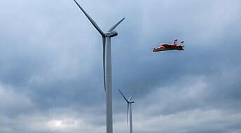 Modellfly måler blesten rundt vindmøller