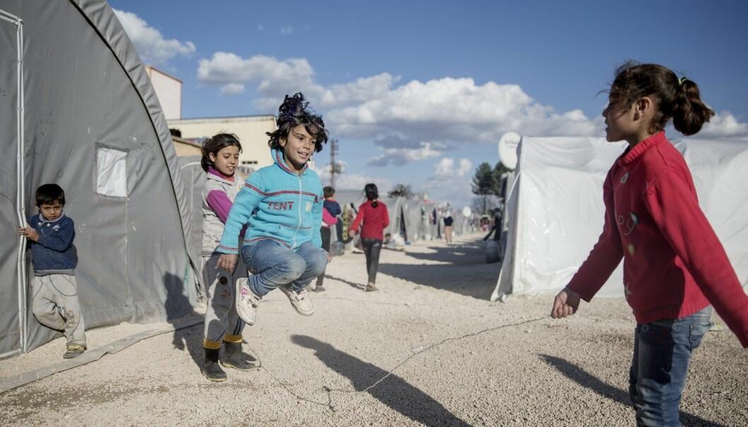 I februar i 2015 leikte den syriske flyktningen Mardin (5 år) i ein flyktningleir i Tyrkia. I dag har ho kanskje allereie funne seg til rette i sin barnehage. (Foto: Magnus Wennman / Aftonbladet / NTB scanpix)