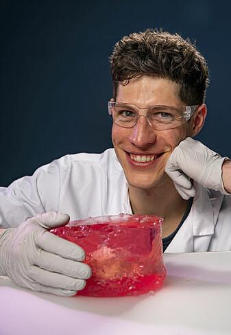 Manuel Schweikle har forsket på hvordan beindannelse skjer i en vannbasert gele. (Foto: Margit Selsjord, OD/UiO)