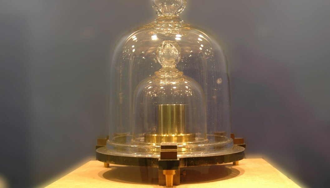 Dette er den norske prototypen av kilogrammet. Godt bevart i en safe hos Justervesenet. (Foto: Justervesenet).