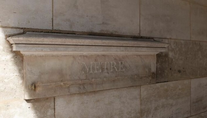 Denne marmormeteren ble montert i Rue de Vaugirard i Paris på 1790-tallet. Fortsatt står den der, men bare til pynt. (Foto: Eivind Torgersen/UiO).