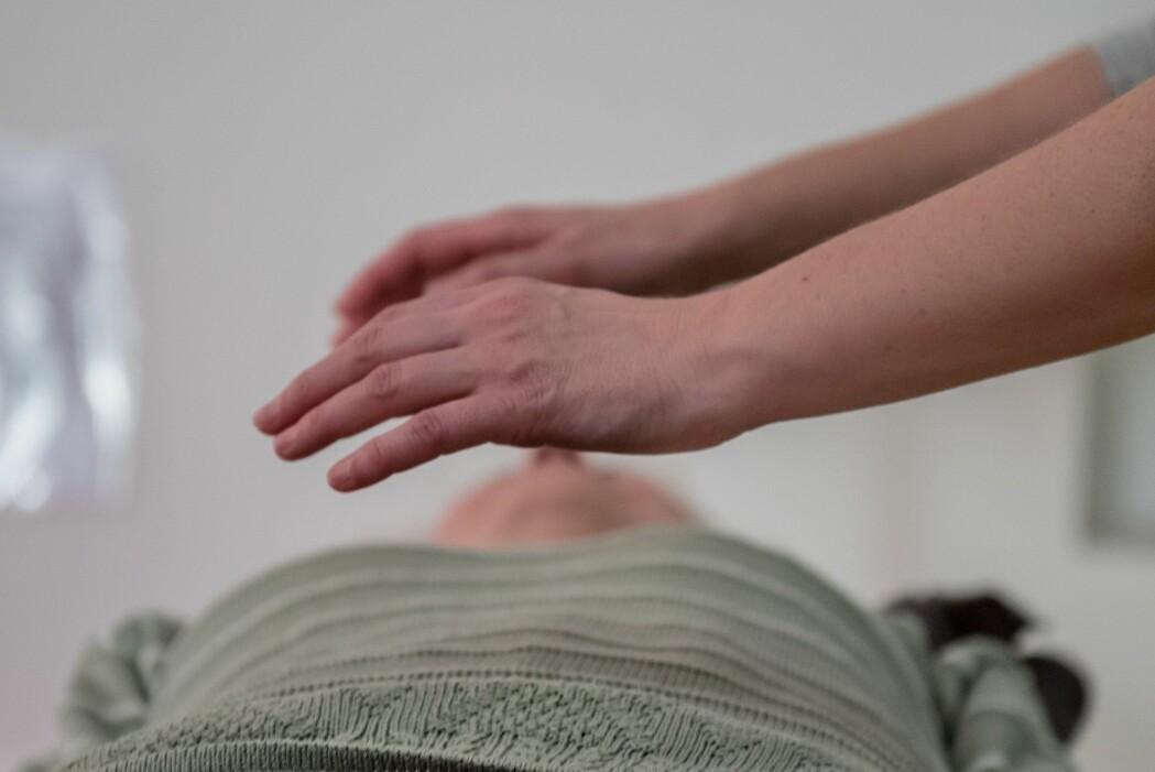 Forskere forskning.no har snakket med sier at det neppe er risikabelt å bruke alternative behandlingsformer som healing, så lenge man samtidig mottar medisinsk behandling.  (Illustrasjonsfoto: Ivana P. Nikolic, Shutterstock, NTB scanpix)