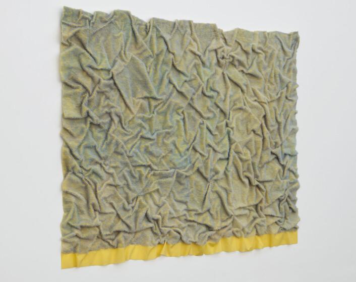 Samtidskunst kan også være fint å se på. I tekstilarbeidet «Spill» har teknikken skapt et veldig fargespill, ifølge kunsthistorikerNina Sundbeck-Arnäs Kaasa. Kunstner Kari Hjertholm har brukt et lite verktøy der hun napper ut trådene som ligger under. Samtidig kan kunnskap om tekstilkunstens historie åpne for andre tilnærminger.– Du kan få en annen type opplevelse om du vet at tekstilkunsten ble innlemmet i kunsten først på slutten av 1960-tallet, sier Kaasa.Det ligger også politikk bak ønsket om å synliggjøre kvinners kreative historier. (Foto: Anu Vahtra)