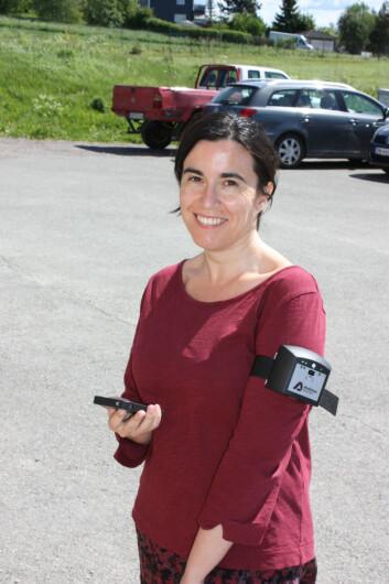 Seniorforsker Núria Castell viser fram en bærbar luftkvalitetsmåler av samme type som de 32 frivillige testet i løpet av sommeren. (Foto: Nilu)