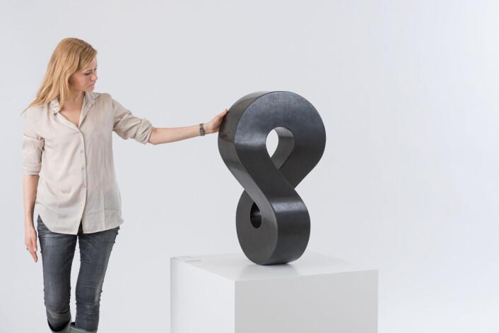 Vanligvis er det ikke lov å ta på kunsten. Men i et nytt prosjekt lar kurator Line Engen ved Nasjonalmuseet publikum røre «Møbius stående» og de andre kjølige, glatte steinskulpturene til Aase Texmon Rygh. Kanskje kan det tilføre en ekstra dimensjon i kunstopplevelsen. (Foto: Annar Bjørgli, Nasjonalmuseet)