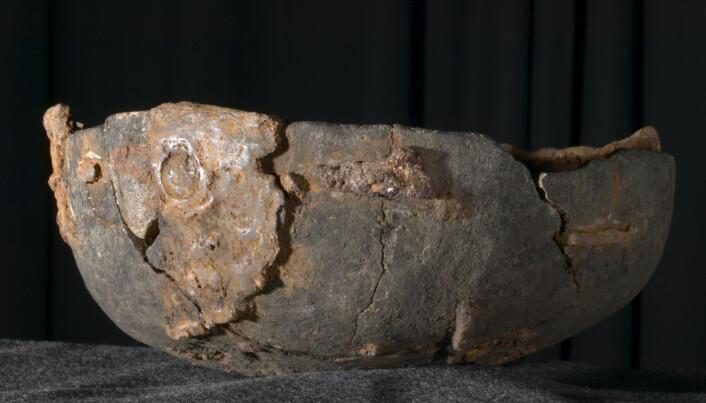 Et klebersteinskar fra vikingtid på Kaupang i Vestfold. Kleberstein ble blant annet brukt til å lage kokekar. (Foto: Eirik Irgens Johnsen/Kulturhistorisk museum, UiO. CC BY-SA 4.0)