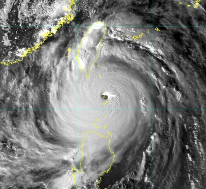 Supertyfonen Meranti passererte rett over øya Itbayat. (Bilde: Japansk værsatellitt)
