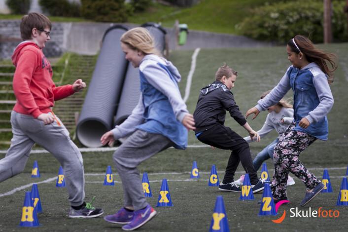 Engelsktime utandørs på Trudvang skule i Sogndal. Skulen har i meir enn 10 år hatt dagleg fysisk aktivitet på timeplanen. (Foto: Christian Blom)