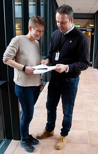 Hanne-Mari Hindklev fra Røros Produkter og forsker Otto Bakås i SINTEF studerer tall og beregninger som ligger til grunn for avfallskalkulatoren. (Foto: Håvard Egge).