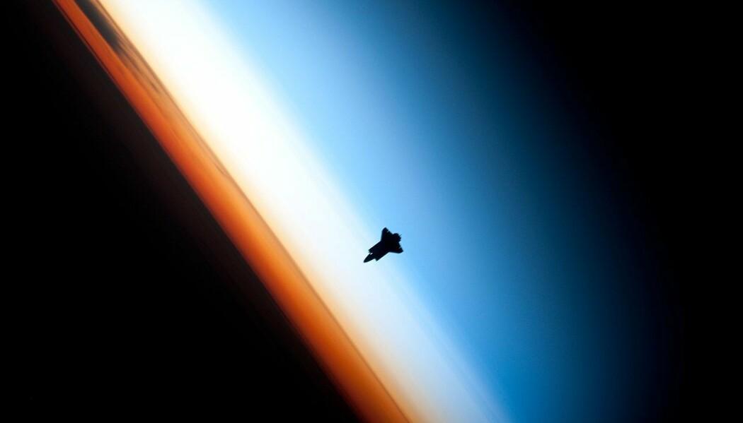 Bildet viser en romfergene i stratosfæren. Stratosfæren er en del av atmosfæren, og det er her vi finner det livsviktige ozonlaget. (Bilde: NASA)