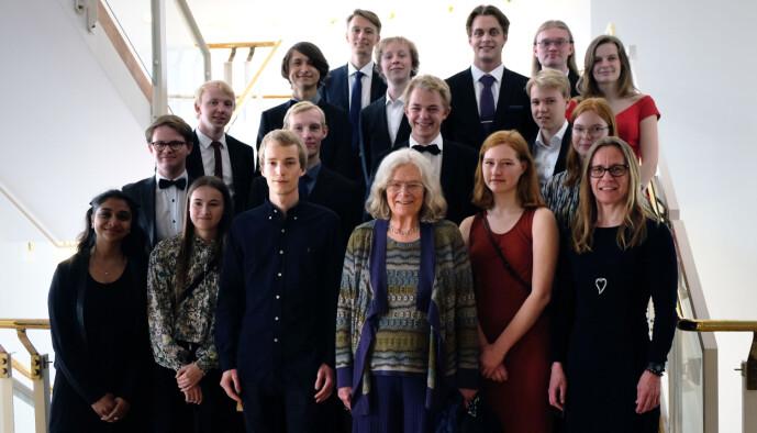 Karen Uhlenbeck med unge matematikere. (Foto: Ingrid Schou)