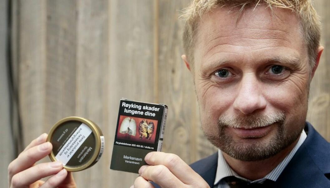 Helseminister Bent Høie. Her viser han frem hvordan nøytralt utseende røykpakker og snusbokser kan se ut. Bildet er tatt på Verdens tobakksfrie dag, 31. mai 2016. (Foto: NTB Scanpix)