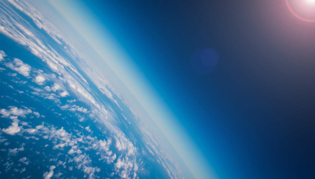 Ozon er en gass som er naturlig til stede i atmosfæren. Ozonet fordeler seg oppover i atmosfæren, med ca. 10 prosent i den delen som er nærmest jorden (troposfæren), og de resterende 90 prosent i stratosfæren. Dersom vi presset alt ozonet sammen i et tett lag med bare ozon, ville det bare vært noen få millimeter tykt.  (Foto: Shutterstock / NTB scanpix)
