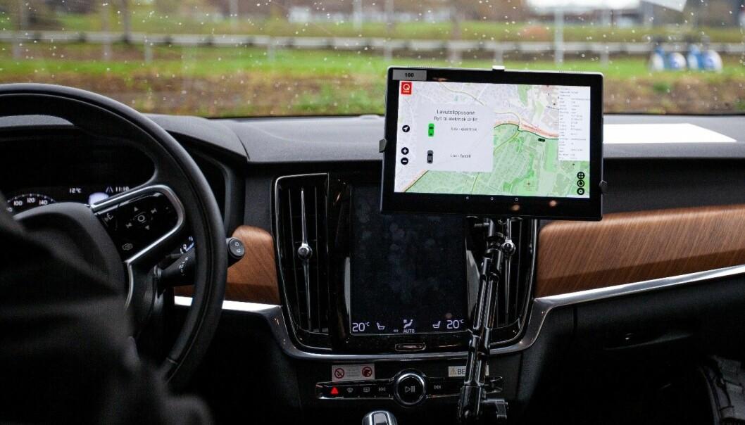 Soner for veiprising kan brukes for å raskt bedre luftkvaliteten i bykjerner ved å belønne miljøvennlige drivstofftyper. Slik kan skjermen i bilen se ut når man kjører inn i en lavutslippssone. (Foto: Remy Eik-Nikolaisen)