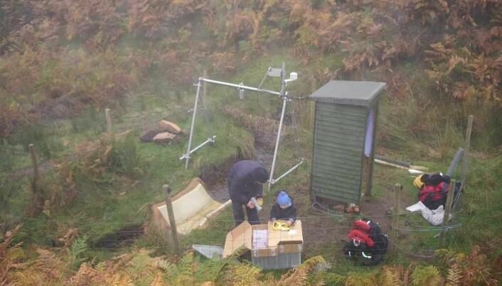 NIVA-forsker Benoît Demars på feltarbeid ved ei renne i bekken sammen med sønnen sin en typisk tåkete dag i Nordøst-Skottland. Det er lav vannføring i bekken, og derfor er vannet i renna klart. (Foto: Privat).