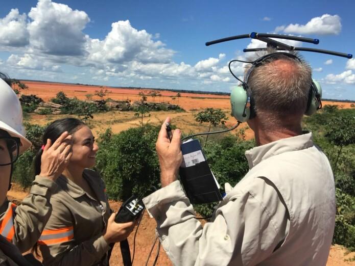 Mariana Sarmento og Øystein Wiig lytter etter radiosignaler som kan tyde på at en av jaguarfellene er utløst. (Foto: Øystein Wiig)
