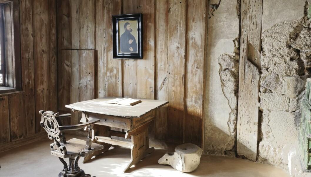 På dette rommet i mellomalderslottet Wartburg i Eisenach i Tyskland sat Martin Luther og omsette det Nye Testamentet frå gresk til tysk.   (Foto: Science Photo Library, NTB scanpix)