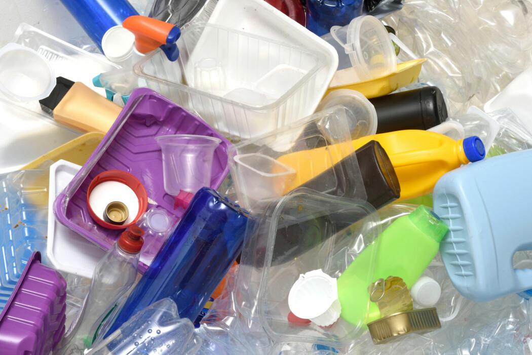Mange typer plast er vanskelige å gjenbruke fordi de inneholder sterke kjemiske bindinger. (Foto: Josep Curto / Shutterstock / NTB scanpix)