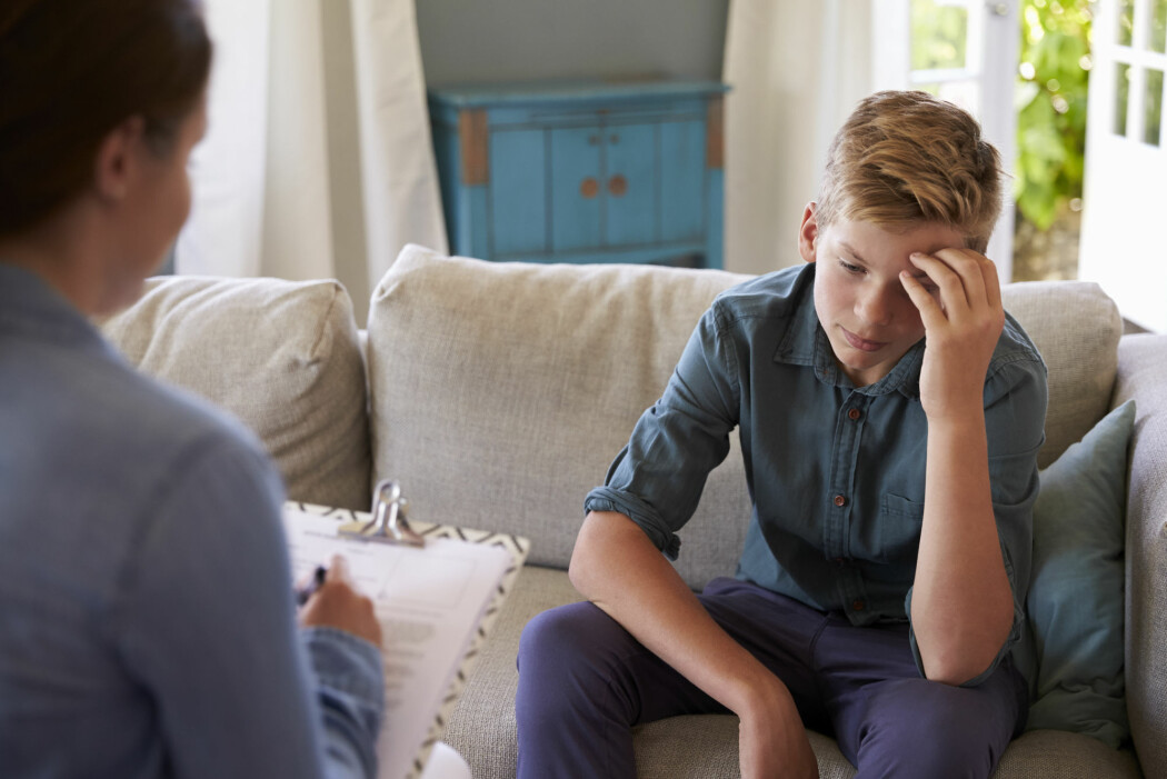 I kognitiv terapi snakker terapeuten med barnet om tvangstankene og prøver å finne alternative mestringsmetoder. Barnet skal øve seg hjemme, for eksempel i å holde ut å være litt redd uten å gripe til tvangshandlinger. (Foto: Monkey Business Images / Shutterstock / NTB scanpix)