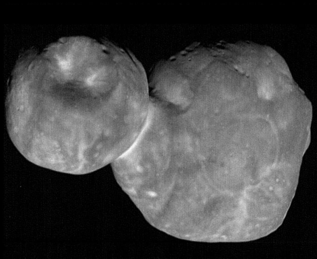 Snømannen var ikke så rund likevel. De siste mer detaljerte bildene viser en flatere kropp. Men forskerne er fortsatt like fascinert over formen. (Foto: NASA/Stern et al.)