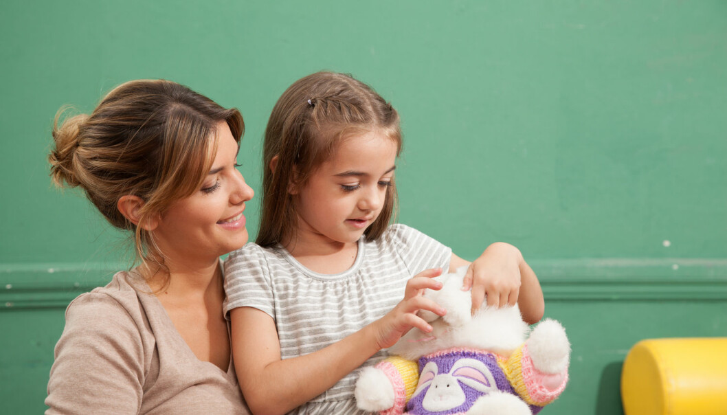 Kjærligheten som oppstår mellom barn og voksne i barnehagen er undervurdert, mener doktorgradsstipendiat.   (Foto: Lorena Fernandez, Shutterstock, NTB scanpix)