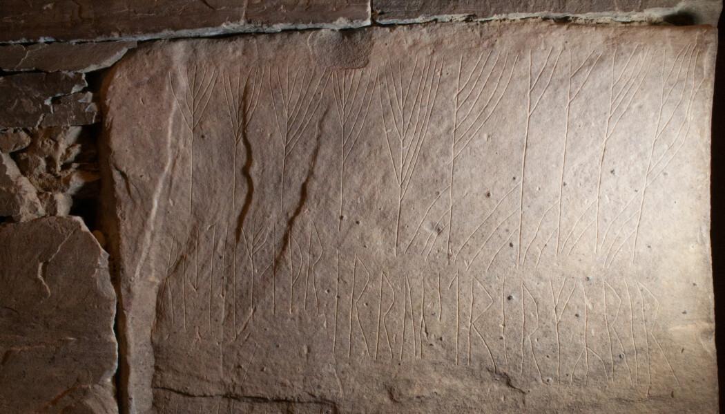«Disse runene ristet den mannen som er runekyndigst vest i havet». I øverste linje har risteren ristet de to første ordene, «disse runene», med kryptiske runer. Resten av innskriften er for det meste ristet med vanlige runer, men legg merke til den sjuende runen i andre linje; den er også kryptisk. Foto: Karen Langsholt Holmqvist