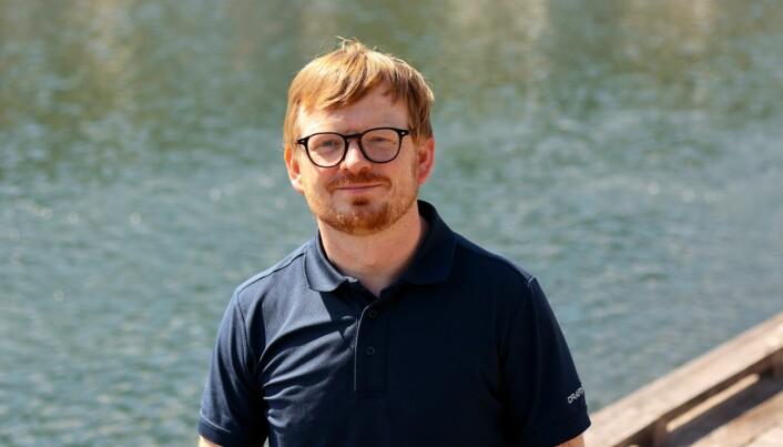 Roger Lille-Langøy har studert sebrafiskens kjemiske forsvar og er førsteforfatter på en artikkel som nylig ble publisert i Toxicological Sciences. (Foto: Jens Helleland Ådnanes/UiB).