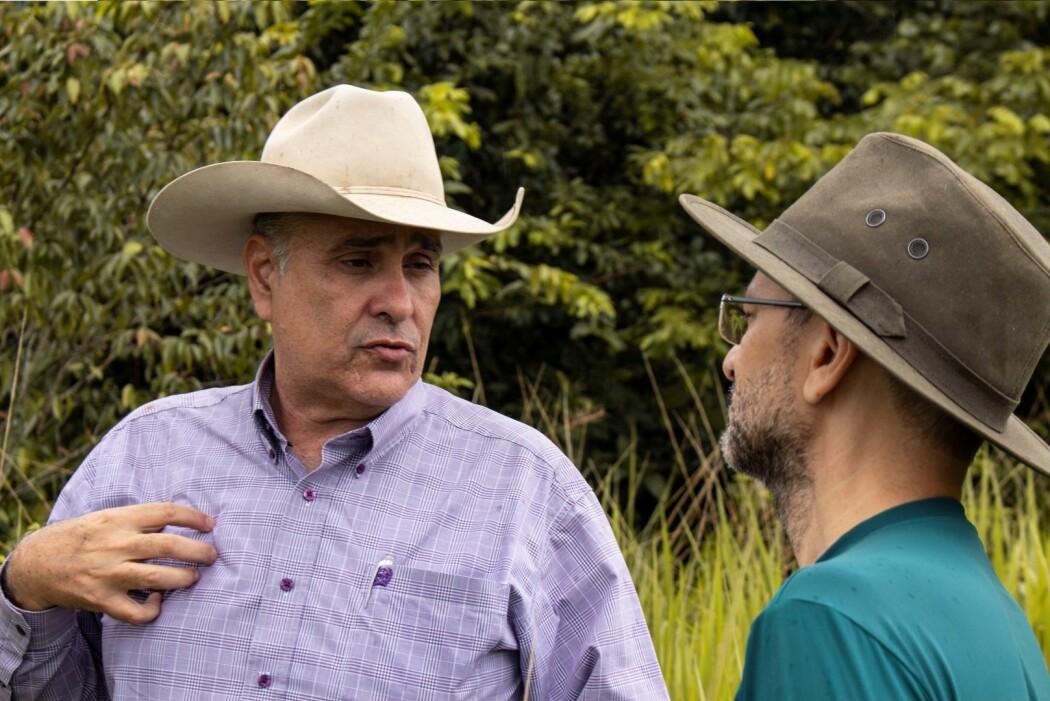 Gårdeier Mauro Lucio (t.v.) og forsker Paulo Barreto. (Foto: Elise Kjørstad)