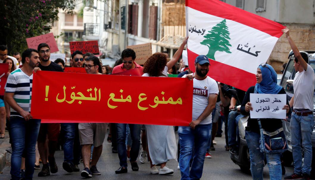 Syriske flyktninger demonstrerer mot portforbud i hovedstaden Beirut. Nupi-forskeren mener det er en fare for at frustrasjonen og småkonfliktene som nå eksisterer mellom syrere og libanesere i Libanon skal eskalere. (Foto: Mohamed Azakir/REUTERS)