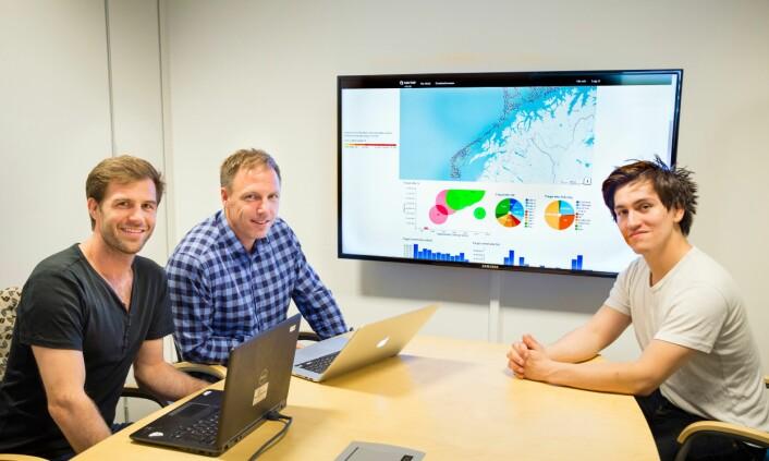 Sintef-forskerne Jarle Ladstein (forrest t.v. ), Ståle Walderhaug og Peter Halland Haro arbeider med det interaktive kartet som gjør at fiskerne kan få etterlengtet informasjon om fiskefangst. (Foto: Thor Nielsen/SINTEF)