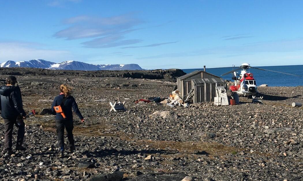 Helikopter i Wijdefjorden, Svalbard. (Foto: Sofia E. Kjellman)