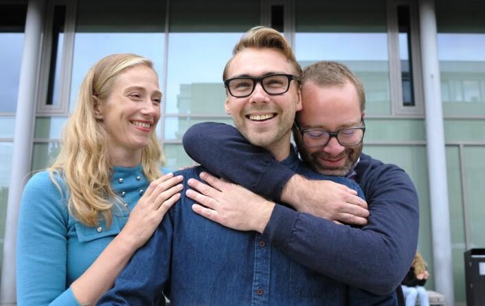 Oksytocin-forskere: Doktorgradsstipendiaten Ole Kristian Brandtzæg (i midten) gjorde en så god jobb at han fortjener oksytocin-fremkallende kos og klem, mener Siri Leknes og Steven Ray Wilson. (Foto: Bjarne Røsjø)