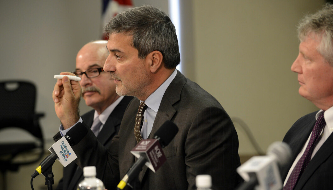 Dr. Paolo Macchiarini (i midten) ble verdenskjent da han implanterte det første kunstige organet i en menneskekropp i 2011. Nå viser det seg at syv av åtte pasienter døde etter inngrepet. (Foto: David Zalaznik / NTB Scanpix)
