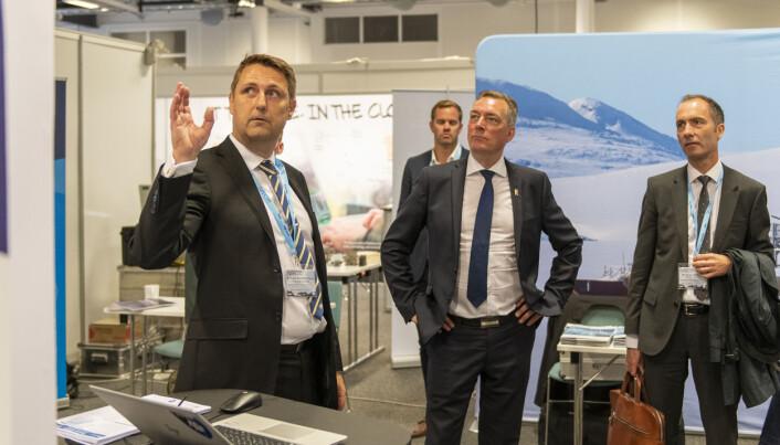 FFI-forsker Frank Steder forklarer forsvarsminister Frank Bakke-Jensen hvordan de har analysert mange år med skipstrafikkdata for å avdekke skjulte nettverk og mistenkelig adferd. (Foto: NCI agency)