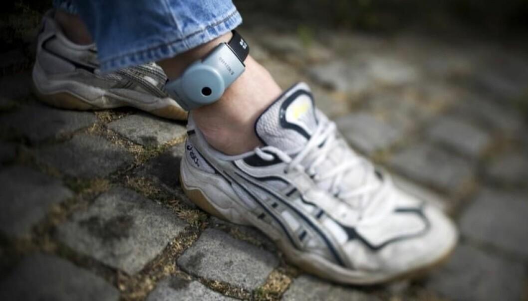 Elektronisk fotlenke ble innført i Norge i 2008. I 2014 fikk nesten 3000 personer sone med fotlenke i stedet for å sitte i fengsel. Nå har forskere sett nærmere på ordningen.  (Foto: Kriminalomsorgen)
