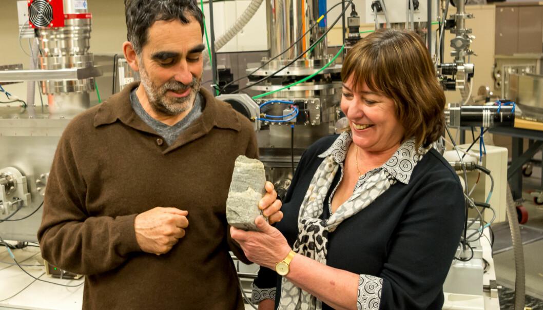 Allen Nutman og Vickie Bennet med fossilet de mener er 3,7 millarder år gammelt. Foto: Yuri Amelin