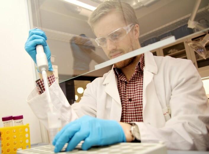 – Vi jobber med å utvikle nye materialer og stillasstrukturer for å kunne dyrke celler og cellevev utenfor kroppen, sier Øystein Arlov ved SINTEF Bioteknologi. (Foto: Per Henning / NTNU)